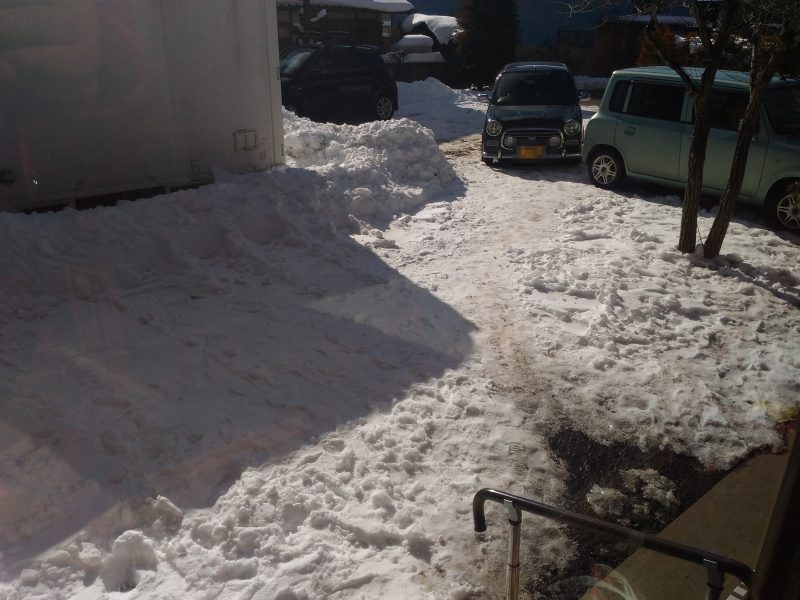 はぐみ館の庭には雪が積もっています